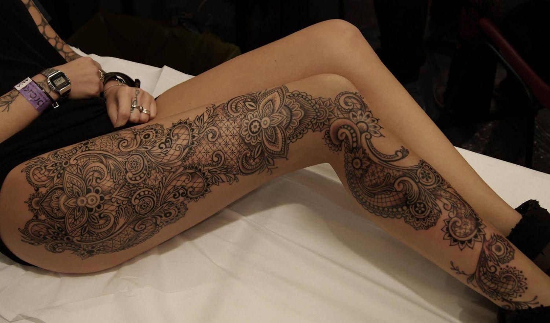 Piękne dzieło tatuaż na nodze