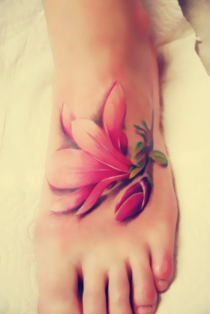 Tatuaż kwiat na stopie
