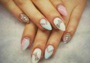 Pastelowe paznokcie z cyrkoniami